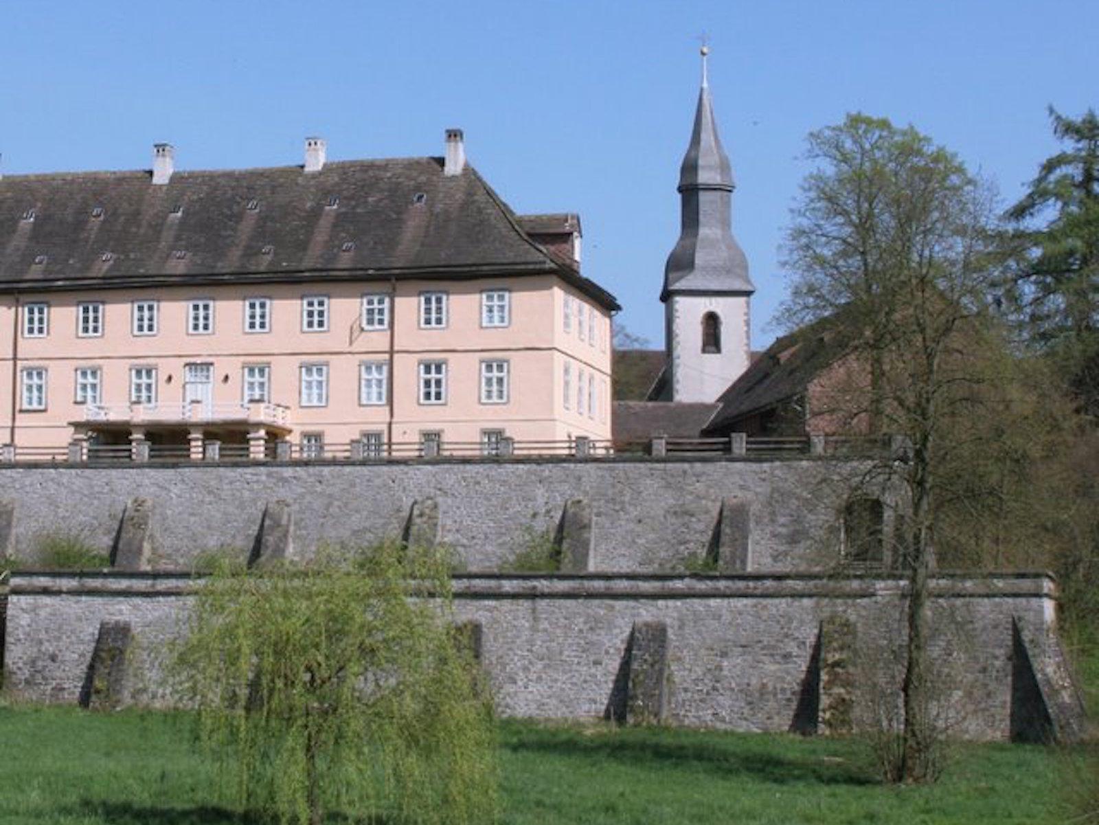 Herrenhaus Schloss Vörden mit der St. Kilian Kirche im Hintergrund
